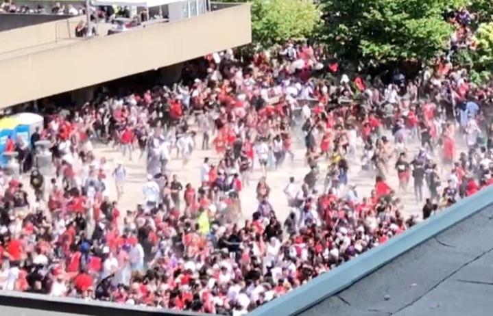 NBA多倫多暴龍隊(Toronto Raptors)擊敗金州勇士拿下隊史首座總冠軍,17日舉行冠軍慶祝遊行,活動進行到一半卻驚傳槍響,造成4人受傷,警方當場逮捕3名嫌犯,搜出2把槍械。路透