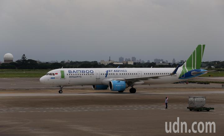 越南最新成立的越竹航空公司,跨出越南第1條國際航線,18日中午首航飛抵桃園機場。記者陳嘉寧/攝影