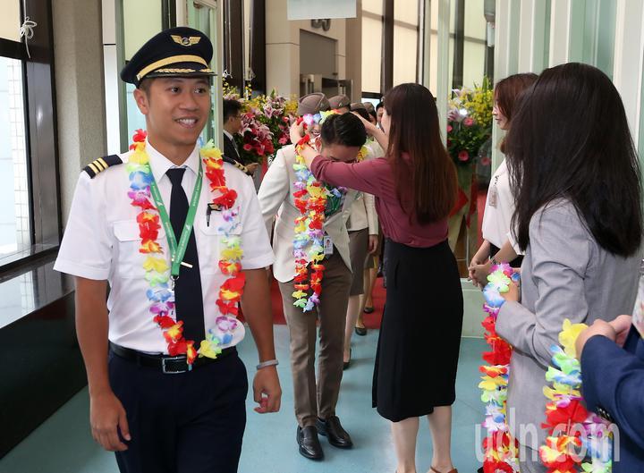 越南最新成立的越竹航空公司,跨出越南第1條國際航線,18日中午首航飛抵桃園機場。機組員下機後接待人員獻上花圈歡迎。記者陳嘉寧/攝影