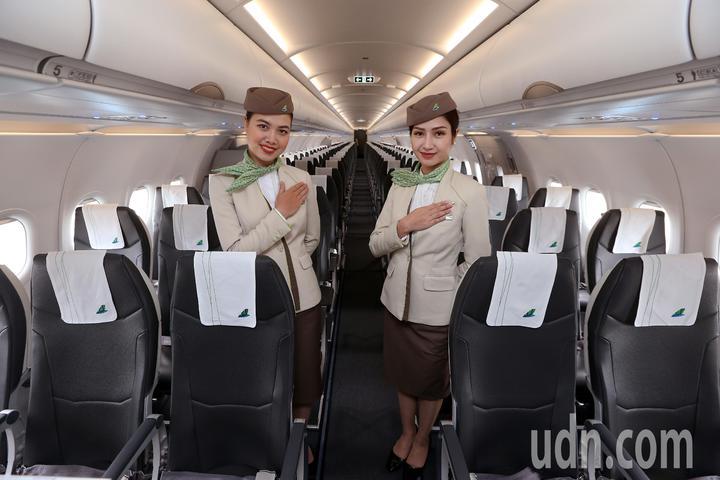 越南最新成立的越竹航空公司,跨出越南第1條國際航線,18日中午首航飛抵桃園機場,越竹航空的空姐比出「你好」的手勢,歡迎搭乘首航班機的旅客登機。記者陳嘉寧/攝影