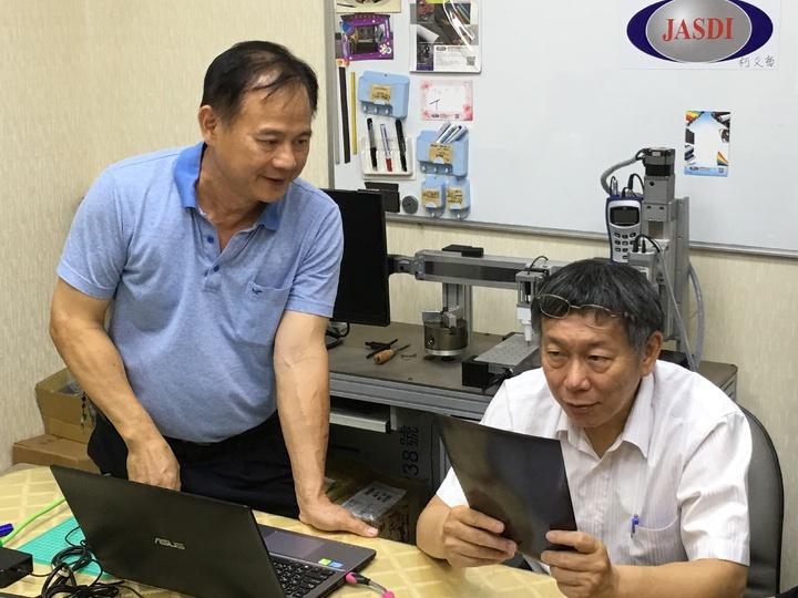 台北市長柯文哲(右)下午到雲林鎂利格膠磁公司參訪,傾聽企業需求。記者陳雅玲/攝影