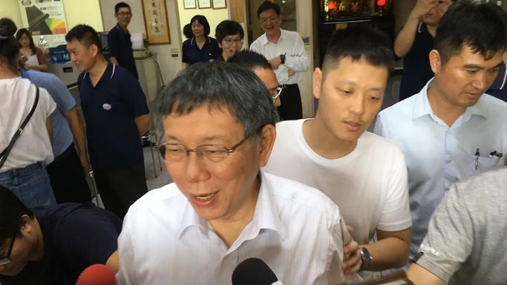 台北市長柯文哲下午到雲林鎂利格膠磁公司參訪,傾聽企業需求。記者陳雅玲/攝影