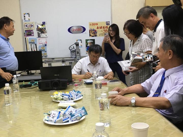 台北市長柯文哲(中)下午到雲林鎂利格膠磁公司參訪,傾聽企業需求。記者陳雅玲/攝影