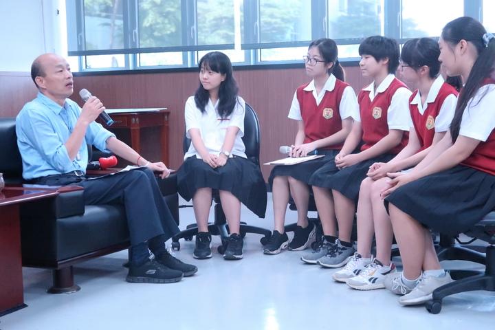 雄女學生專訪市長韓國瑜,分享教育理念。記者徐如宜/攝影
