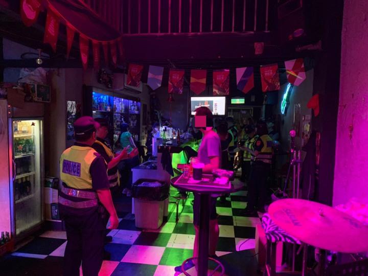 基隆市警方分赴幫派分子經常聚集的酒店、卡拉OK、理容院及小吃店等地,採取「高強度、高密度」擴大臨檢,宣示警方維護治安決心。記者邱瑞杰/翻攝
