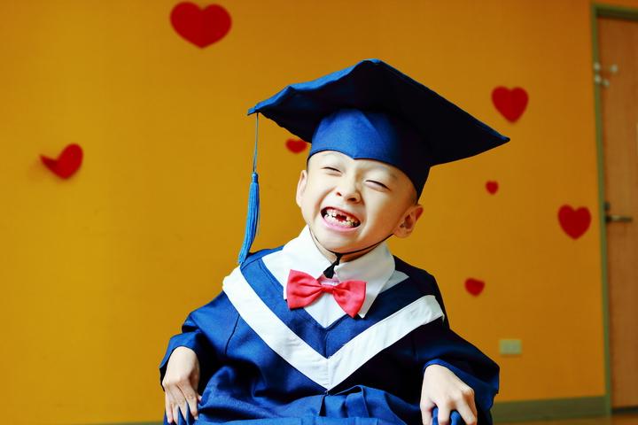 阿邦從心路基金會「畢業」,即將順利就讀國小,讓周遭每個愛他的人都很感動。圖/心路基金會提供