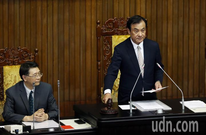 立法院今天臨時院會,由院長蘇嘉全(右)敲下議事槌三讀通過國家安全法修正條文。記者杜建重/攝影