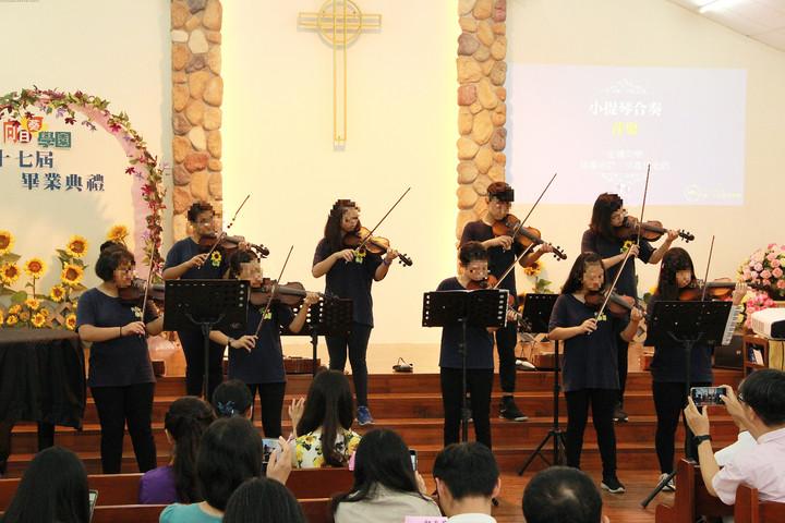 向日葵學園學員小提琴合奏。圖/向日葵學園提供
