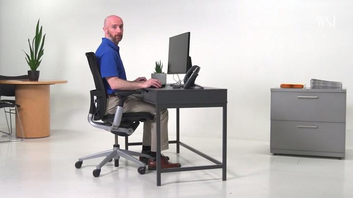 現代人長時間坐在辦公室用電腦,姿勢不正確常導致肩頸腰背都出現痠痛,《華爾街日報》特別請到紐約「特殊外科醫院」(Hospital for Special Surgery)的人體工學專家辛凱(Jon Cinkay),來教你辦公桌等物品要怎麼擺放調整,才符合人體工學,避免痠痛找上你。圖片擷取Youtube/Wall Street Journal影片