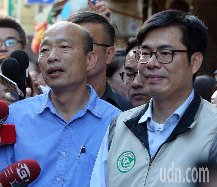 高雄市長韓國瑜(左)與行政院副院長陳其邁(右)昨天共同前往獅湖市場視察登革熱防治狀況。記者劉學聖/攝影