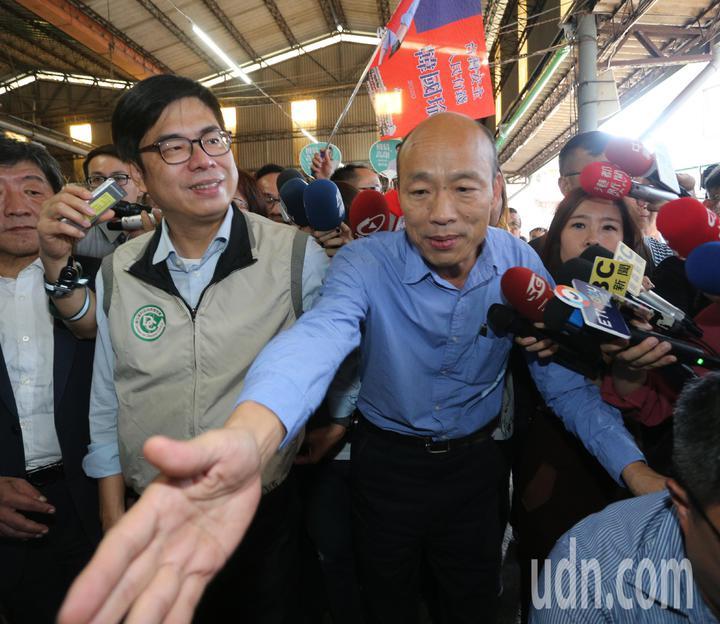 高雄市長韓國瑜(右)與行政院副院長陳其邁(左)共同前往獅湖市場視察登革熱防治狀況。記者劉學聖/攝影
