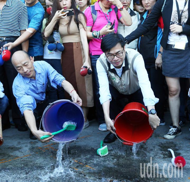 高雄市長韓國瑜(左)與行政院副院長陳其邁(右)共同前往獅湖市場視察登革熱防治狀況,還示範如何清除。記者劉學聖/攝影