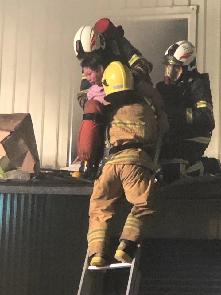 消防隊員搶救大賣場火警受困者。圖/北港前鎮長張勝智提供