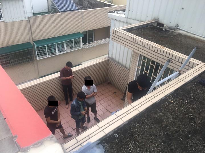 移工跑到屋頂無處可逃。圖/專勤隊提供