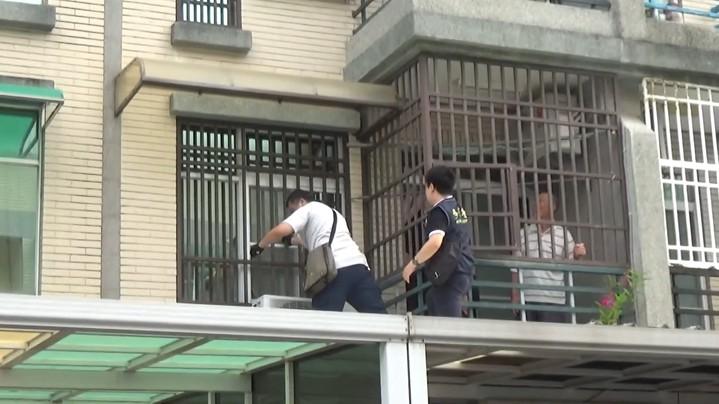 違法移工爬外牆躲避追,專勤隊員苦苦追趕。圖/專勤隊提供