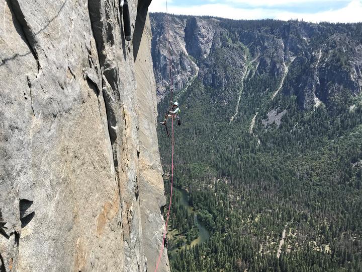 施耐特父親拍攝影片中可見,施耐特小小的身體靠著安全繩吊掛在陡峭的岩壁上,熟練的替換裝備、繩索,用力的攀爬、上拉,時不時還得靠著繩索在岩石間跳躍飛盪,畫面格外驚心動魄。路透
