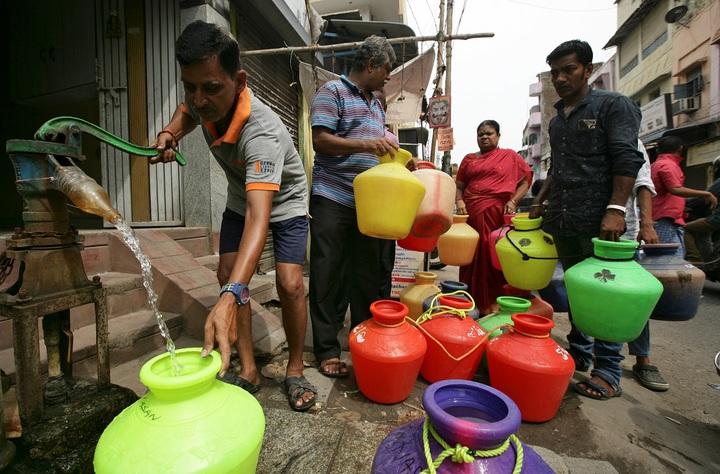 印度第六大城清奈居民正用手動幫浦裝水,後面還有人大排長龍。清奈深陷嚴重乾旱已有數周時間,傳統供水來源的4座水庫接近全面乾涸。路透