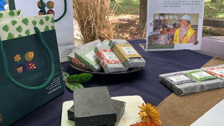 台南「官田烏金」已開發出菱炭皂等多項商品。記者吳淑玲/攝影