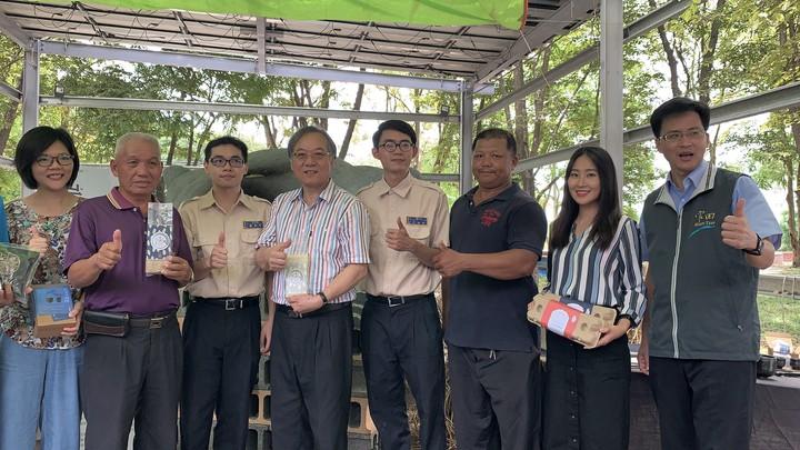 台南市府民政局長顏振標(左四)到場為替代役男和地方產業打氣。記者吳淑玲/攝影