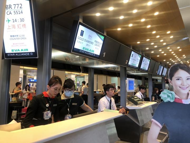 松山機場國際線長榮報到櫃台地勤人員表示,目前下午4時以後班機都正常。記者曹悅華/攝影