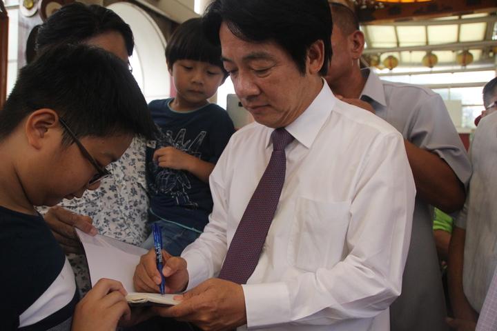 前行政院長賴清德今天到台灣玻璃廟,學生清他簽名。記者林敬家/攝影