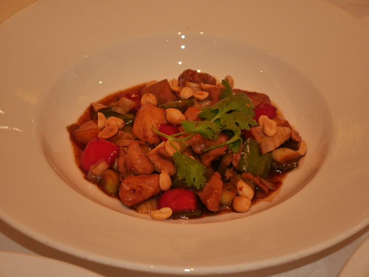 主廚張明星說,米其林星廚陳辰朗為台灣季升級改良的中菜,有宮保雞丁,回鍋肉,滷牛腱佐陳皮,還有雲吞湯等。記者吳淑君/攝影