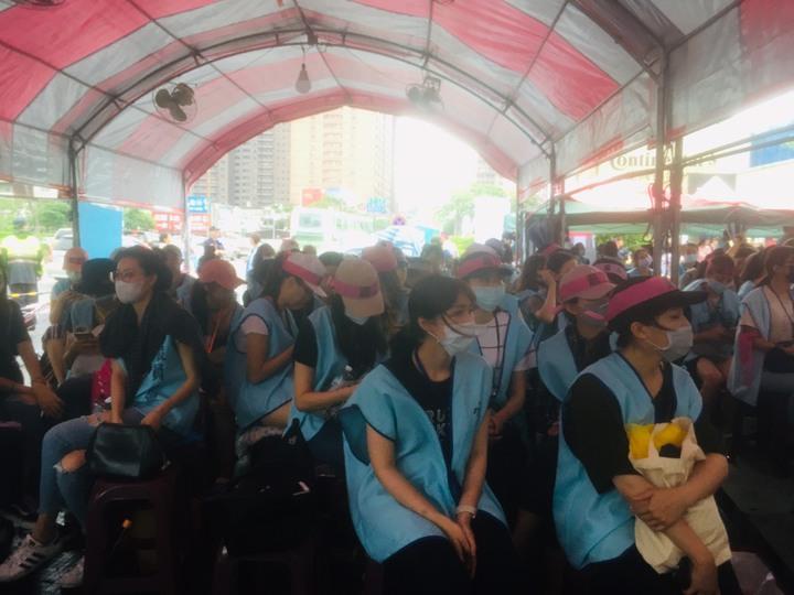 罷工空服員聽到長榮航空架起的音響播出《旅行的意義》,回唱改編曲《過勞的意義》。記者/陳夢茹攝影