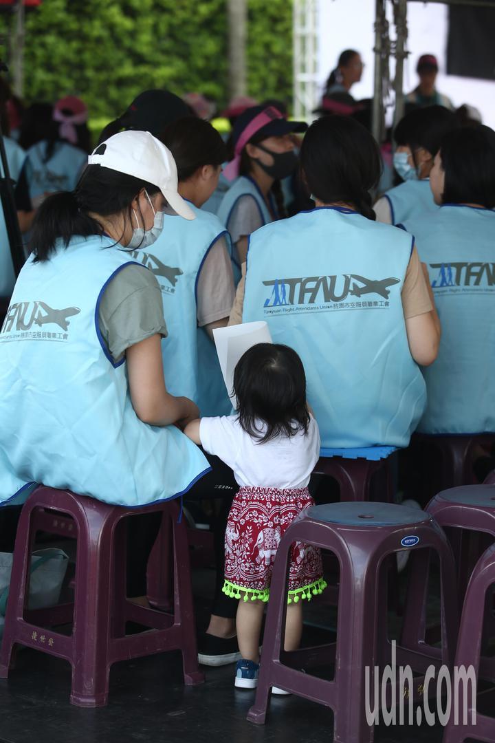 長榮空服員罷工進入第6天,現場罷工的長榮空服員帶著小朋友到現場參與靜坐抗議。記者蘇健忠/攝影