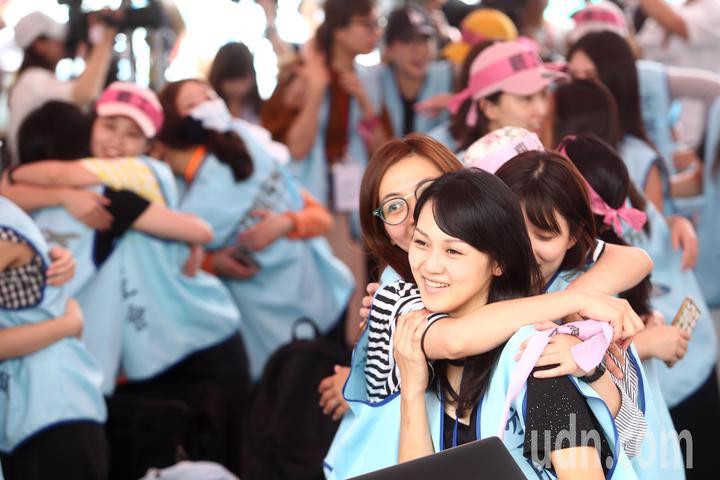 長榮空服員罷工進入第6天,現場罷工的長榮空服員相互擁抱、加油打氣。記者蘇健忠/攝影