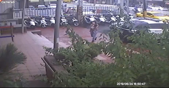新竹縣竹東鎮一位母親抱著失去意識的兩歲男童到二重埔派出所請求協助。記者郭政芬/翻攝