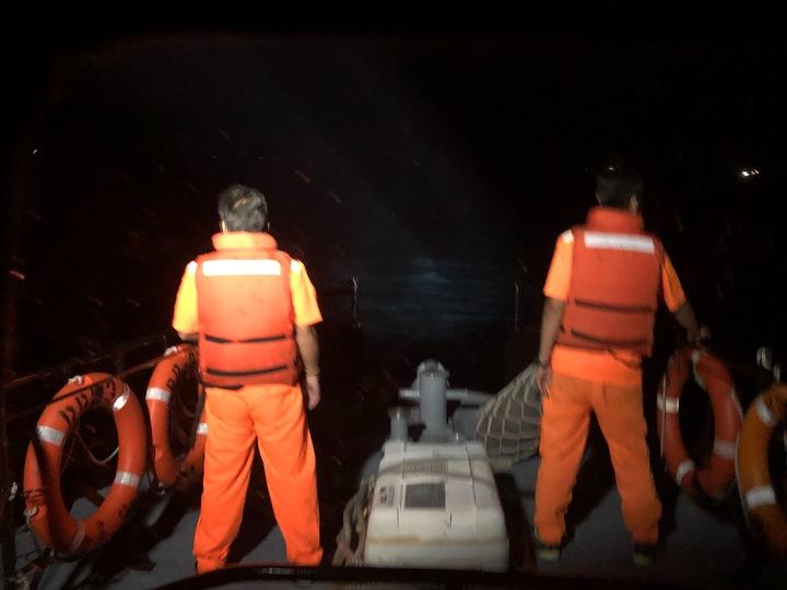 澎湖縣吉貝嶼海域深夜傳漁船船員落海,漁船「勝○榮」號1名印尼籍船員Turino深夜因不明原因落海,海巡署接連出動2艘艦艇,並申請派撿空偵機救援,歷經14小時至今仍尚未尋到落海船員。記者邱奕能/翻攝