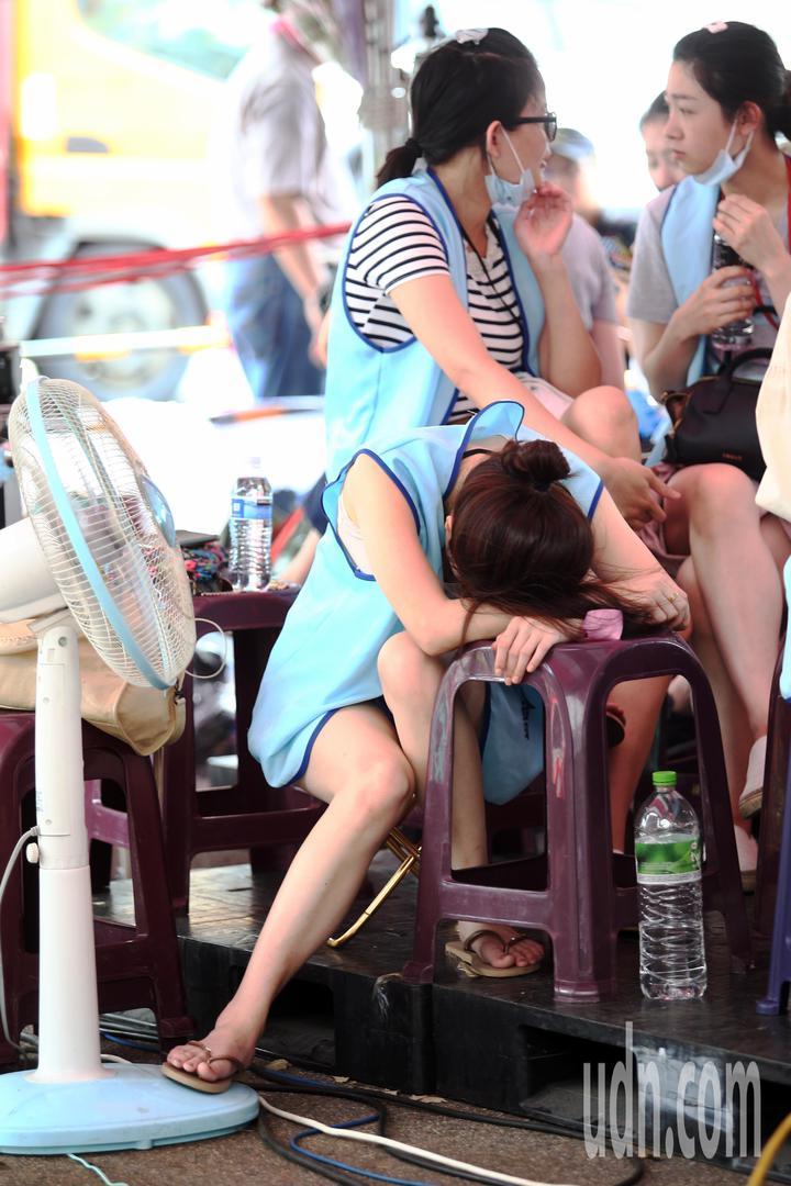 長榮空服員罷工進入第6天,許多空服員在長榮南崁航運大樓門口(桃園)靜坐抗議,一位空服員中午趴在椅子上短暫休息。記者蘇健忠/攝影