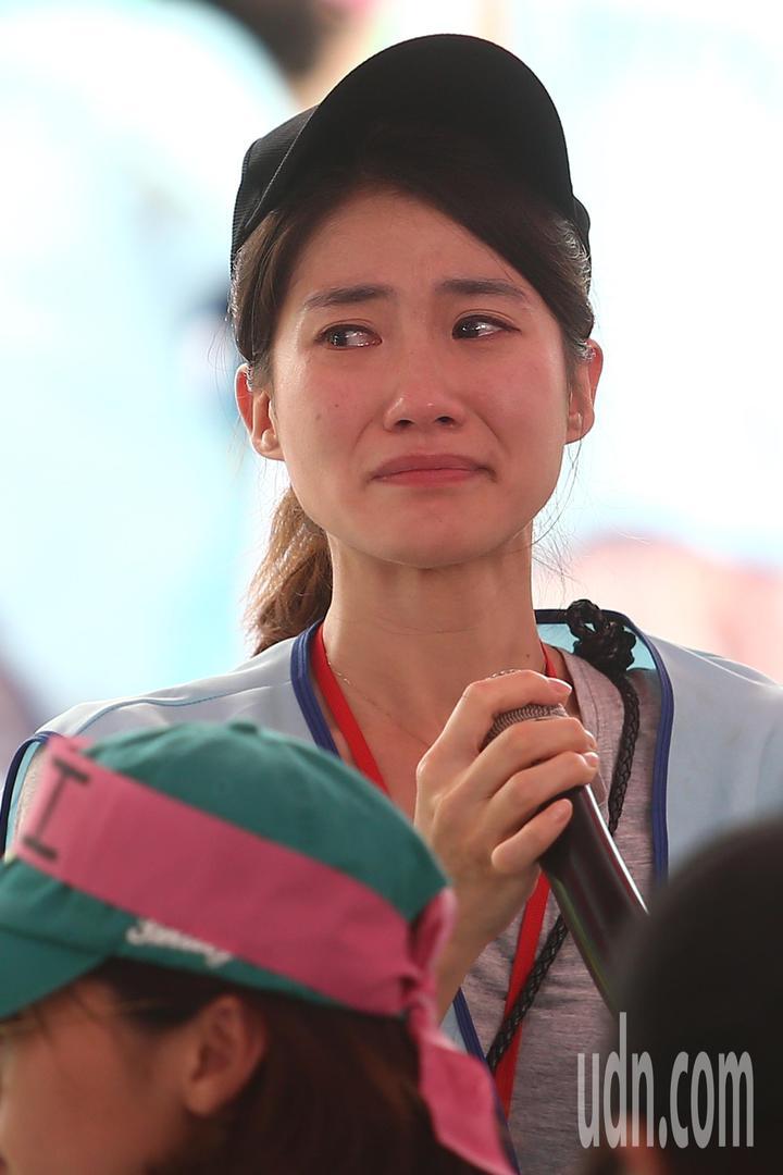 長榮空服員罷工進入第6天,下午多位空服員分享自己的心情,台上台下哭成一片。記者蘇健忠/攝影