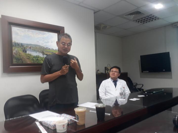 王姓患者(左三)今天回奇美醫學中心感謝醫護團隊 ,分享患病經過與住院治療時心境。記者周宗禎/攝影