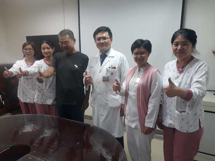 王姓患者(左三)今天回奇美醫學中心感謝醫護團隊。記者周宗禎/攝影