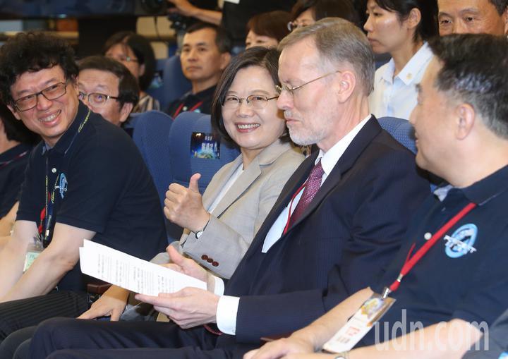 蔡英文總統(右三)與美國在台協會處長酈英傑(右二)一同至新竹國家太空中心,觀賞福衛七號發射直播。記者余承翰/攝影
