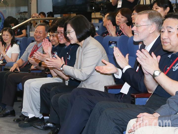 蔡英文總統(右三)與美國在台協會處長酈英傑(右二)一同至新竹國家太空中心,觀賞福衛七號發射直播,兩人在發射升空後拍手慶祝。記者余承翰/攝影