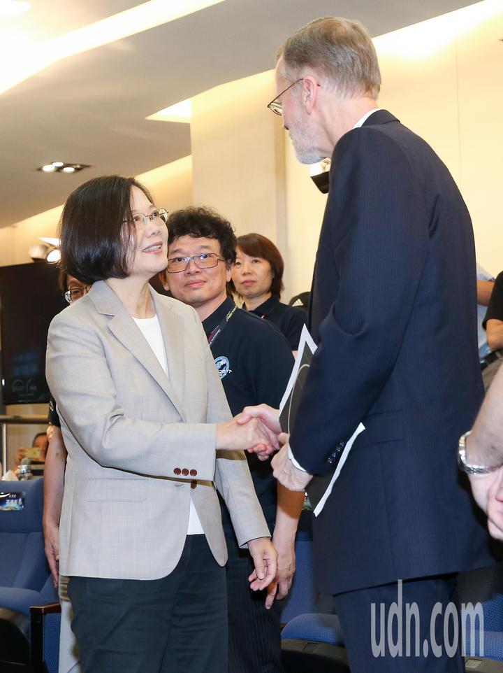蔡英文總統(左)與美國在台協會處長酈英傑(右)一同至新竹國家太空中心,觀賞福衛七號發射直播,兩人在發射升空後握手致意。記者余承翰/攝影
