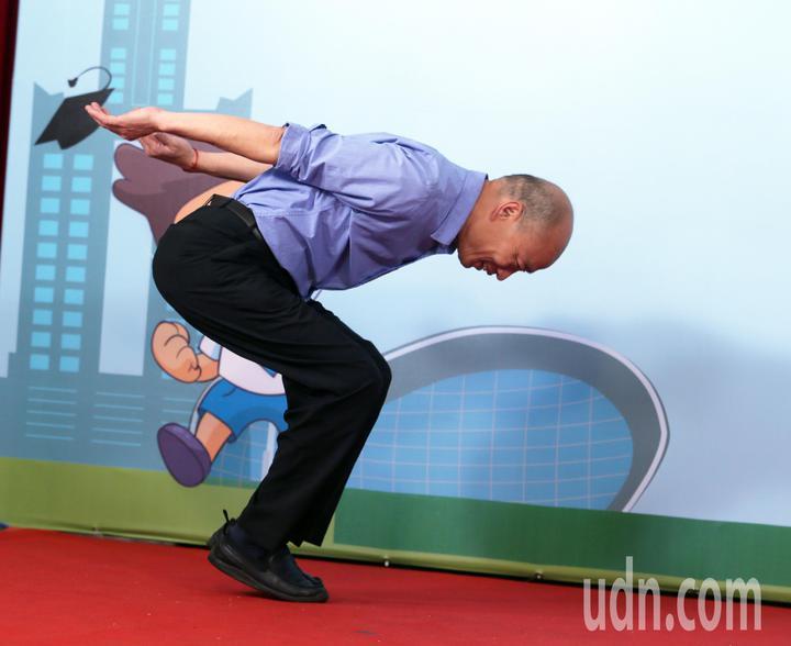 高雄市長韓國瑜今天與模範生合影,利用空檔伸展身體。記者劉學聖/攝影