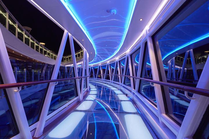 懸空延伸到船舷外,長8.5公尺的透明玻璃海上天空步道,是公主遊輪特色,也是遊客登船必拍景點。圖/公主遊輪公司提供