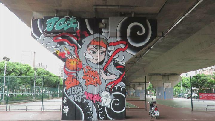 桃園龍潭青商會邀街頭藝術創作者,在中二高架橋下籃球場,以門神護佑平安概念,設計完成巨型塗鴉彩繪主圖。記者張弘昌/攝影