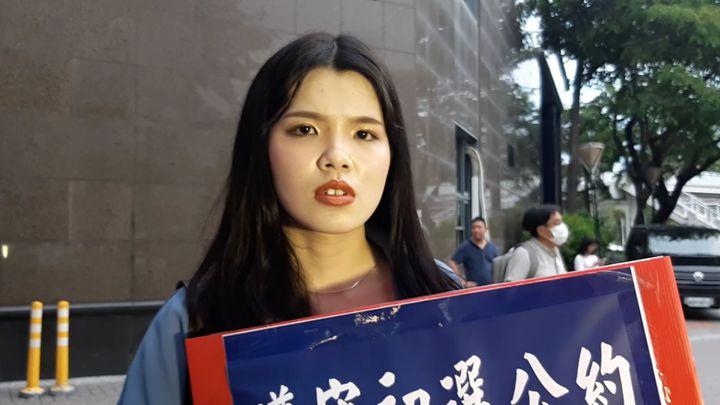 23歲女生哽咽表示年輕人可以表態,但不該只是一味跟風,堅定表達挺韓立場。記者賴郁薇/攝影