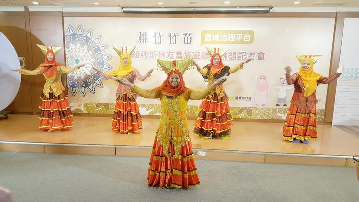 桃竹竹苗穆斯林友善旅遊環境聯盟簽署儀式,會場安排舞蹈表演。記者胡蓬生/攝影