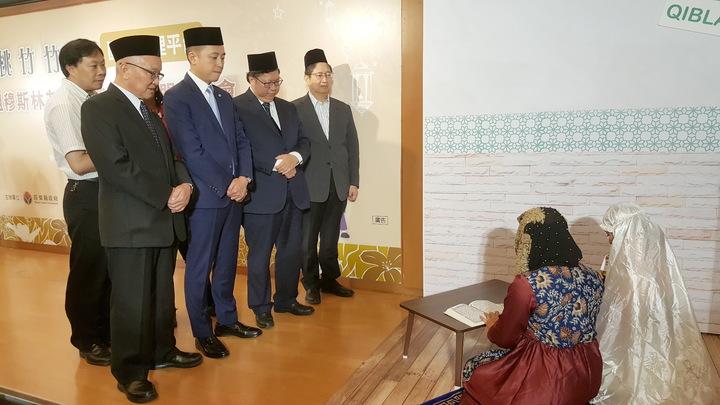 桃竹竹苗4名首長下午頭戴穆斯林禮拜帽,見證穆斯林友善旅遊環境聯盟簽署,參觀穆斯林示範祈禱儀式。記者胡蓬生/攝影
