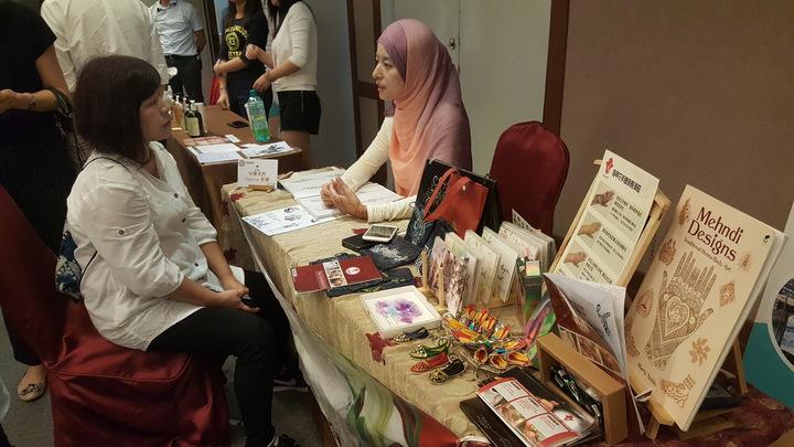 桃竹竹苗4縣市首長見證穆斯林友善旅遊環境聯盟簽署儀式,會場展示穆斯林特色旅遊攤位。記者胡蓬生/攝影