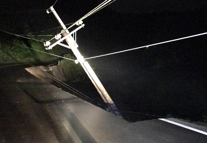 現場崩塌的路段寬度3公尺、長度100公尺,連帶有一根電線桿滑下去,幸好沒有釀成停電。圖/北埔鄉公所提供