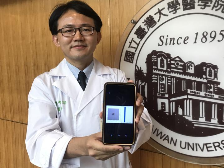 詹智傑表示,該程式類似第二專家意見般補足準確度,加快皮膚科醫師臨床診斷時的判斷。記者簡浩正/攝影