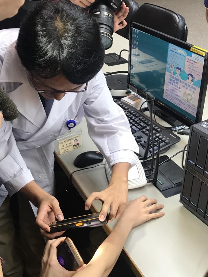 台大醫院皮膚科主治醫師詹智傑表示,該程式僅需將患者皮膚病灶處拍照後上傳到系統分析,幾秒內就可在手機上顯示判讀結果。記者簡浩正/攝影