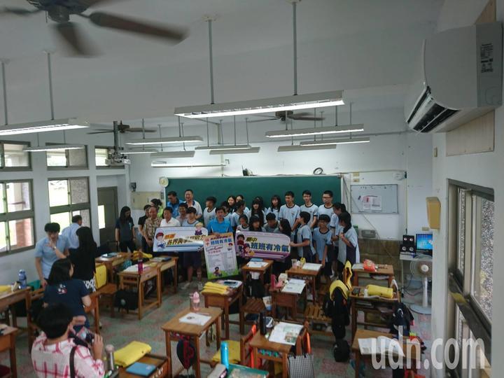 對於有冷氣吹,學生很珍惜,還搭配電風扇,節省電費也更有效益。記者羅建旺/攝影