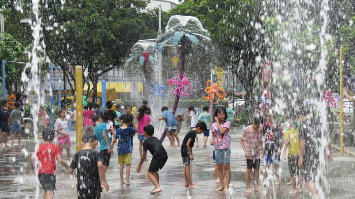 苗栗市「市民廣場」噴水設施今天啟動,成了孩童的天堂。記者范榮達/攝影